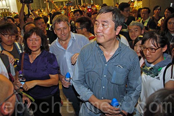10月2日深夜约11时半,香港大学校长马斐森(中)、中文大学校长沈祖尧(右一)现身特首办现场看望学生,赞扬学生的表现,呼吁他们把安全放在第一位。(潘在殊/大纪元)