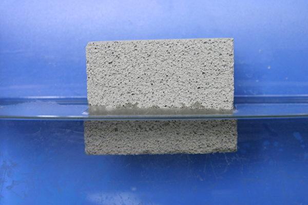 放在水中竟然會浮起來的「輕量」水泥,不僅稱霸世界最輕,還擁有優於市售建材的防火、隔音、節能功效。(圖:永安礦物提供)