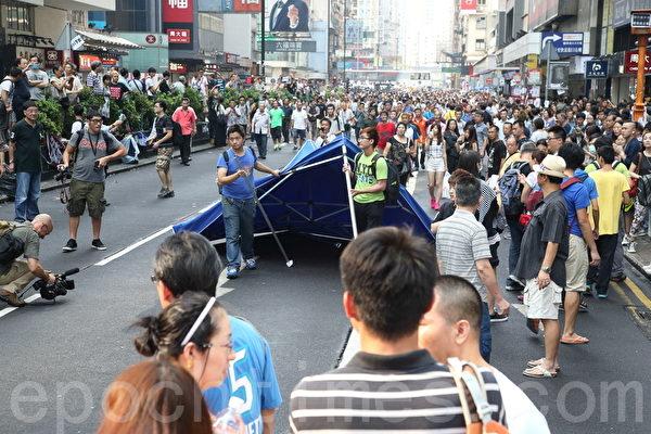 中共黑社會黑幫成員冒充市民身份,恐嚇、辱罵和襲擊參與雨傘革命集會的市民,多次暴力掀翻現場的大型帳篷。(潘在殊/大紀元)