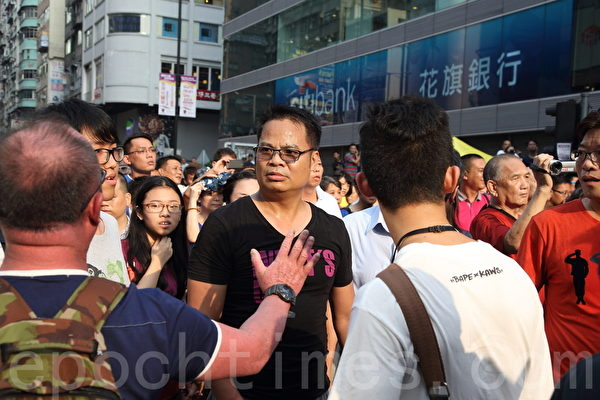 中共黑社會黑幫成員冒充市民身份,恐嚇、辱罵和襲擊參與雨傘革命集會的市民。(潘在殊/大紀元)