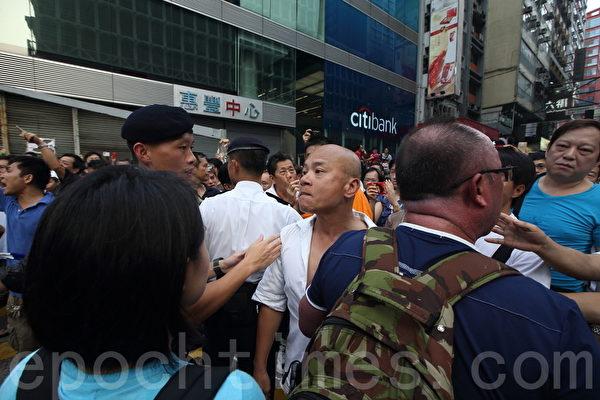 中共黑社会黑帮成员冒充市民,恐吓、辱骂和袭击参与雨伞革命集会的市民。(潘在殊/大纪元)
