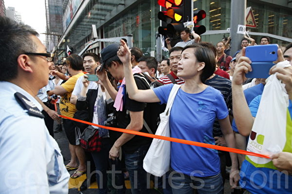 """中共动员的""""反占中""""人士辱骂参与雨伞革命的香港民众。(潘在殊/大纪元)"""