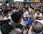 10月3日,中共正式啟動潛伏在香港的各種地下黨員、特務組織、以同鄉會、商會名義掩蓋下的外圍特務組織、中共控制的黑社會幫派成員,以動員龐大人力,大規模襲擊、圍攻參與香港雨傘革命的民眾,香港旺角民眾抗議現場一片混亂,中共黑社會黑幫成員冒充市民身份,恐嚇、辱罵和襲擊香港市民。(潘在殊/大紀元)