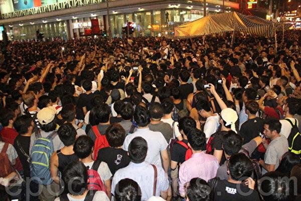 10月3日香港旺角,一伙黑幫在眾目睽睽之下,肆意在「佔中」現場打人,激發起逾三千人的怒吼。(胡思仁/大紀元)