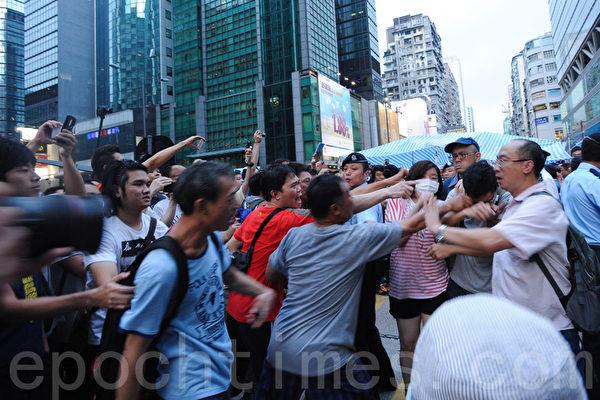 雨伞运动第六日,大批中共黑帮成员到旺角集会现场,出手殴打和平集会的学生。(孙青天/大纪元)