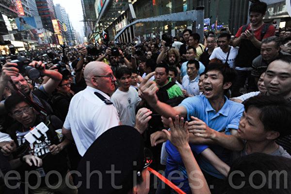 雨伞运动第六日,大批疑似黑社会成员到旺角集会现场多番挑衅滋事,警方对此未作更多制止的努力。(孙青天/大纪元)