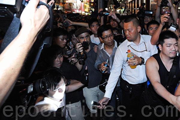 雨伞革命第六日,大批疑似黑社会成员到旺角集会现场多番挑衅滋事。期间一男子以强光照射示威者,妄图挑起冲突。(孙青天/大纪元)