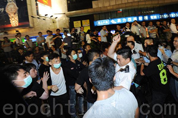 雨伞革命第六日,大批怀疑黑社会成员到旺角集会现场,并多番挑衅和平的聚集示威者。入夜后,有示威者与黑社会冲突,被警方制服。(孙青天/大纪元)