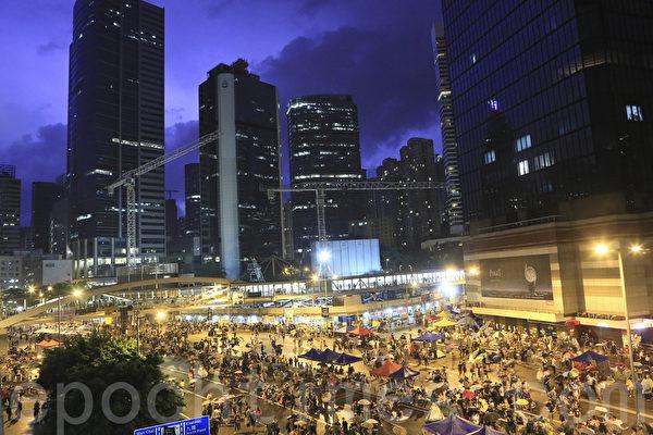 3日夜晚,天空下起大雨,金钟再次化身为雨伞的海洋,至第二日凌晨仍有大批市民留守。(余钢/大纪元)