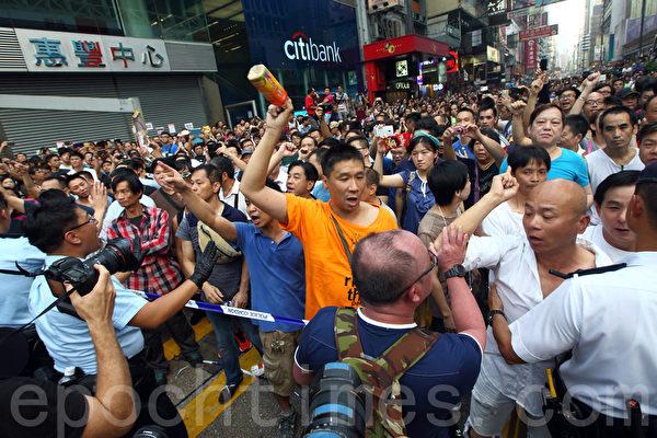 2014年10月3日,中共控制的黑社会帮派成员,以动员庞大人力,大规模袭击、围攻参与香港雨伞运动的民众,香港旺角民众抗议现场一片混乱。(潘在殊/大纪元)