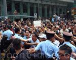 2014年10月3日,中共控制的黑社会帮派成员,以动员庞大人力,大规模袭击、围攻参与香港雨伞革命的民众,香港旺角民众抗议现场一片混乱。(潘在殊/大纪元)