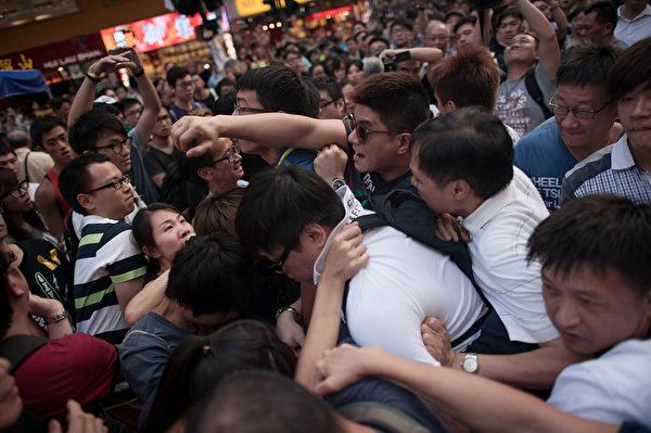 2014年10月3日,香港,中共控制的黑社会帮派成员冒充市民身份,恐吓、辱骂和袭击香港市民。(Anthony Kwan/Getty Images)