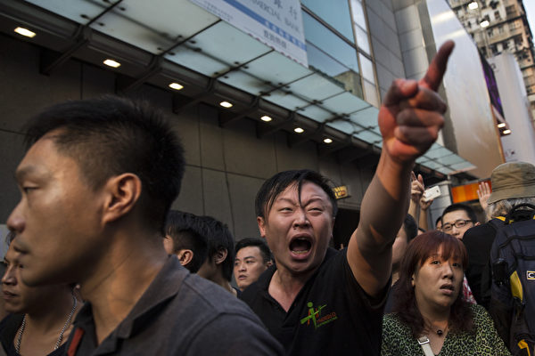 中共黑幫衝擊香港抗議民眾 如同青關會圍攻法輪功