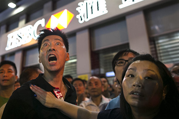 2014年10月4日,中共控制的黑社会帮派成员,冒充市民身份,恐吓、辱骂和袭击香港市民。(Paula Bronstein/Getty Images)