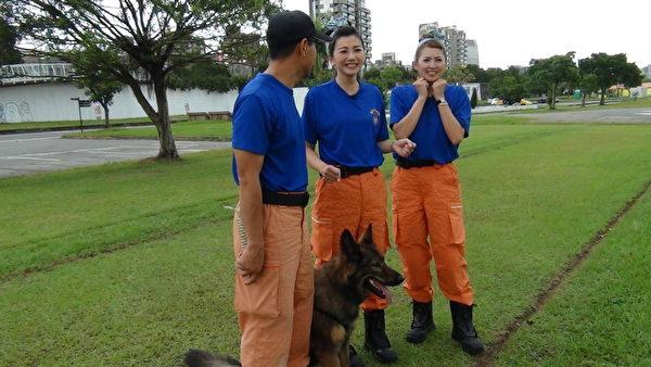 邵庭跟阿喜到戶外進行搜救犬服從指令訓練。(中天提供)