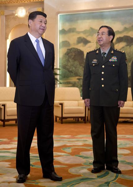 國家青年奧運會開幕式上,習近平把中央軍委委員、總參謀長房峰輝(右)帶在身邊,顯示不同尋常的訊息。(AFP)
