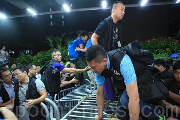 10月4日凌晨一点,警方藉换防为由,强行越过示威者的路障,双方爆发冲突。(余钢/大纪元)