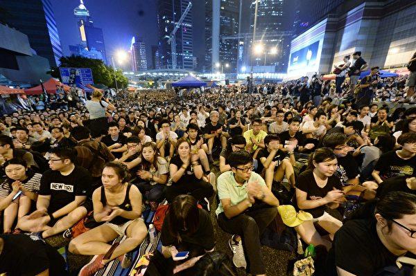 """""""全民反暴、和平抗争""""活动,10月4日晚间8:00起在金钟的香港政府总部前进行,大批群众挤满现场。(宋祥龙/大纪元)"""