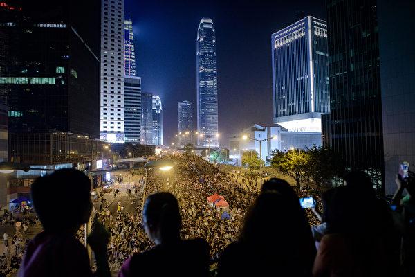 """2014年10月4日,""""全民反暴、和平抗争""""活动在金钟进行。(Philippe Lopez/AFP)"""