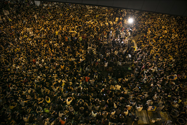 """""""全民反暴、和平抗争""""活动,10月4日晚间8:00起在金钟的香港政府总部前进行,大批群众挤满现场。(Photo by Paula Bronstein/Getty Images)"""
