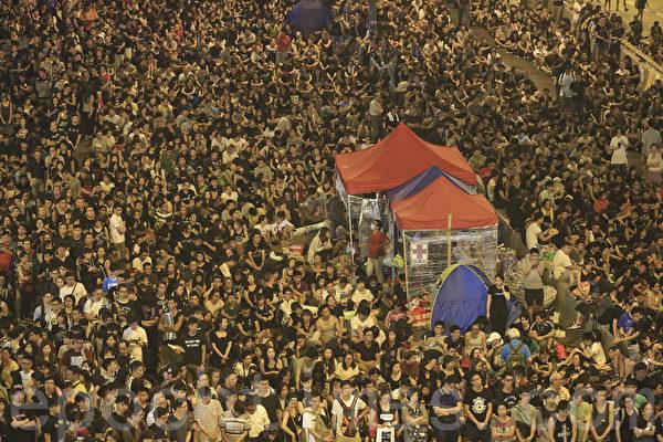 """""""全民反暴、和平抗争""""活动,10月4日晚间8:00起在金钟的香港政府总部前进行,大批群众挤满现场。(余钢/大纪元)"""