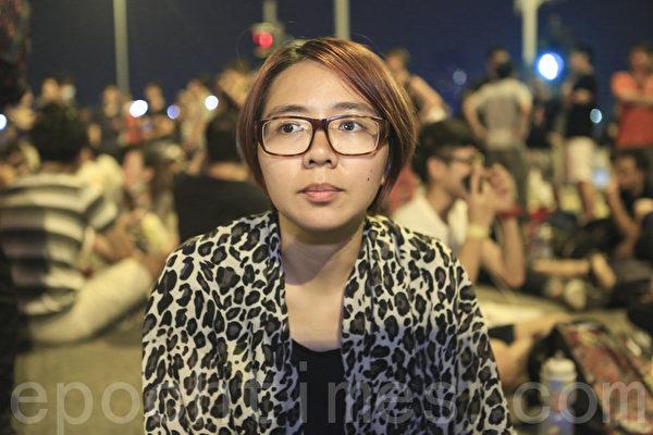 """""""全民反暴、和平抗争""""活动,10月4日晚间在金钟的香港政府总部前进行,有学生坚持留守到最后一刻。(余钢/大纪元)"""