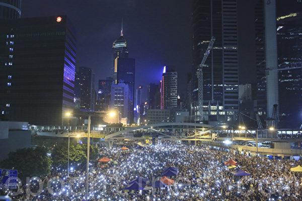 """""""全民反暴、和平抗争""""活动,10月4日晚间8:00起在金钟的香港政府总部前进行,大批群众同时打开手机灯光,照亮香港夜空。(余钢/大纪元)"""