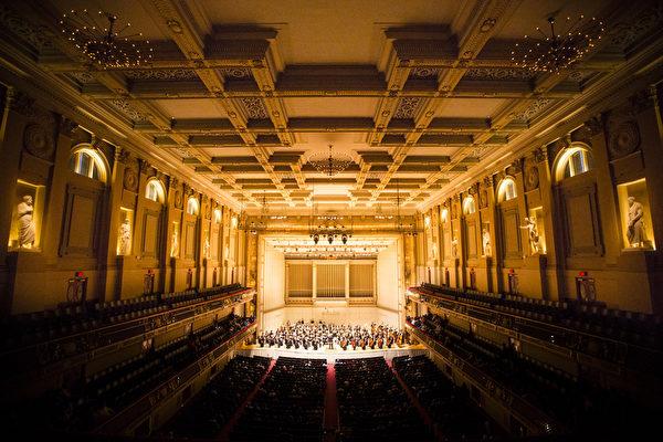 2014年10月4日神韵交响乐团于著名的波士顿交响乐厅拉开本年度巡演序幕。神韵交响乐团精彩的演出赢得全场观众多次起立长时间鼓掌,演出结束时,全场观众更是起立鼓掌超过十分钟,场面极为热烈感人。(爱德华/大纪元)