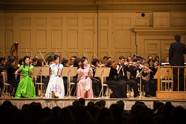 2014年10月4日神韵交响乐团于著名的波士顿交响乐厅拉开本年度巡演序幕。神韵交响乐团精彩的演出赢得全场观众多次起立长时间鼓掌,演出结束时,全场观众更是起立鼓掌超过十分钟,场面极为热烈感人,二胡三重奏。(爱德华/大纪元)