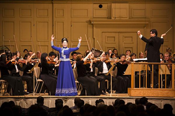 2014年10月4日神韵交响乐团于著名的波士顿交响乐厅拉开本年度巡演序幕。神韵交响乐团精彩的演出赢得全场观众多次起立长时间鼓掌,演出结束时,全场观众更是起立鼓掌超过十分钟,场面极为热烈感人,女高音歌唱家姜敏在演出中。(爱德华/大纪元)