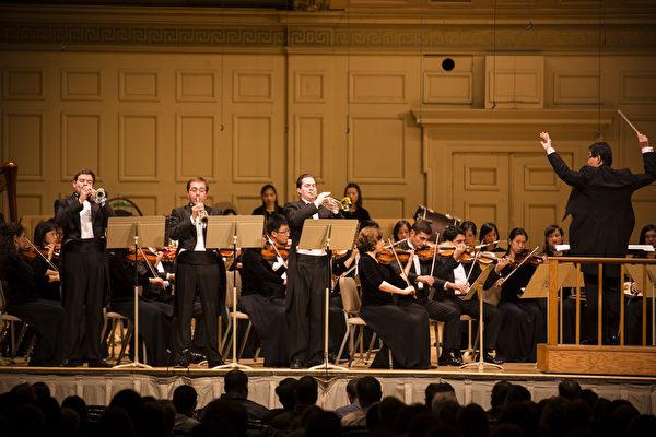 2014年10月4日神韵交响乐团于著名的波士顿交响乐厅拉开本年度巡演序幕。神韵交响乐团精彩的演出赢得全场观众多次起立长时间鼓掌,演出结束时,全场观众更是起立鼓掌超过十分钟,场面极为热烈感人,小号三重奏。(爱德华/大纪元)