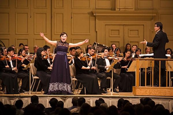 2014年10月4日神韵交响乐团于著名的波士顿交响乐厅拉开本年度巡演序幕。神韵交响乐团精彩的演出赢得全场观众多次起立长时间鼓掌,演出结束时,全场观众更是起立鼓掌超过十分钟,场面极为热烈感人,女高音歌唱家耿皓蓝在演出中。(爱德华/大纪元)