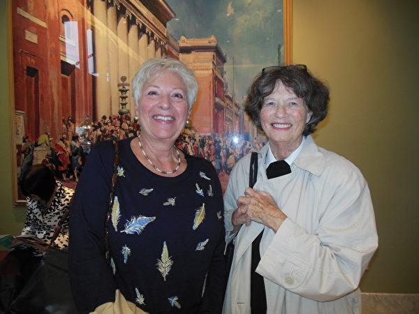 """医务专业人员Gloria MacGillivray女士(左)在观看完神韵交响乐团的演出后感动落泪,她感慨地表示,神韵交响乐将她带到了天堂,""""我感觉自己简直置身于另一个世界。这是天使们演奏的音乐。""""(李辰/大纪元)"""