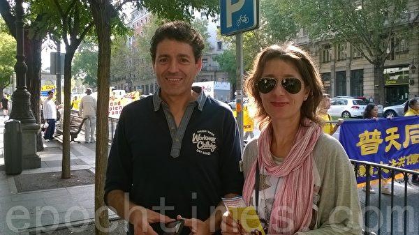 巴西游客Victor和太太感觉游行非常平和。(安然/大纪元)