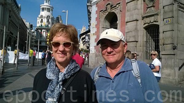 来自阿根廷的Marcela和George表示支持法轮大法。(安然/大纪元)