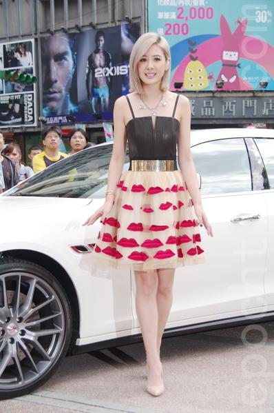 安心亚于2014年10月5日在台北举办第三张《在一起With You》签唱会。乘坐价值台币800万元的最新款玛莎拉蒂(Maserati)超跑气势出场。(黄宗茂/大纪元)