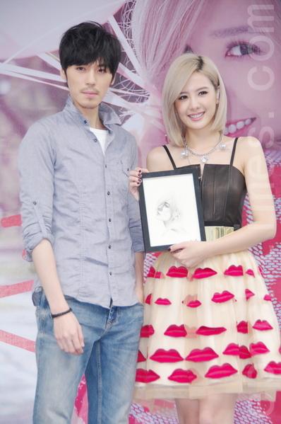 安心亚于2014年10月5日在台北举办第三张《在一起With You》签唱会。电视剧《妹妹》剧里男友安哲也特地前来,并送上安心亚素描图画。(黄宗茂/大纪元)
