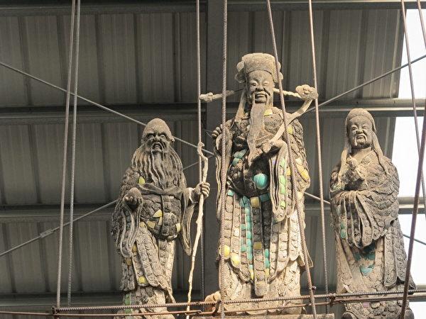 """屋脊上三尊""""福禄寿""""雕像,被视为是崇远堂的经典之作,将被移置到正厅内加以保护。(廖素贞/大纪元)"""