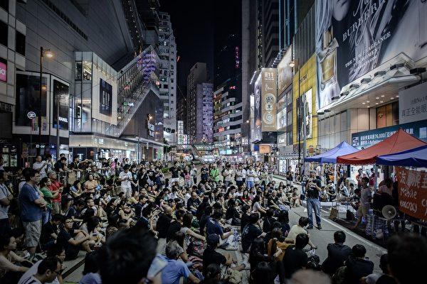 "2014年10月5日,香港,""占中""集会现场聚集的抗议民众。(PHILIPPE LOPEZ/AFP/Getty Images)"