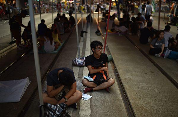"""2014年10月5日,香港铜锣湾,部分民众留守在""""占中""""集会现场。(PEDRO UGARTE/AFP/Getty Images)"""