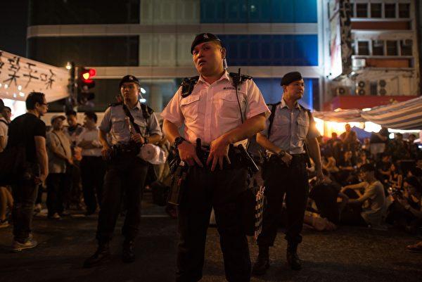 """2014年10月5日,香港旺角,警方进入""""占中""""活动现场。(ED JONES/AFP/Getty Images)"""