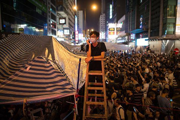 "2014年10月5日,香港旺角,""占中""集会现场的民众。(ED JONES/AFP/Getty Images)"