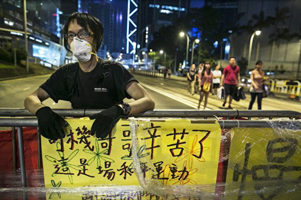 2014年10月5日,香港,民众在路障上写上标语感谢警察的辛劳。(Paula Bronstein/Getty Images)