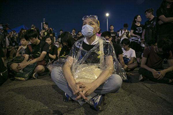 2014年10月5日,香港,政府总部外的抗议者戴上了口罩、雨衣和面罩等防护装备继续留守。(Paula Bronstein/Getty Images)