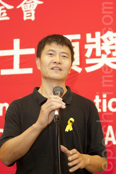 2014年10月4日,中國民主教育基金會第28屆傑出民主人士頒獎典禮在舊金山舉行。原六四學運領袖、民運人士周鋒鎖在發言。(馬有志/大紀元)
