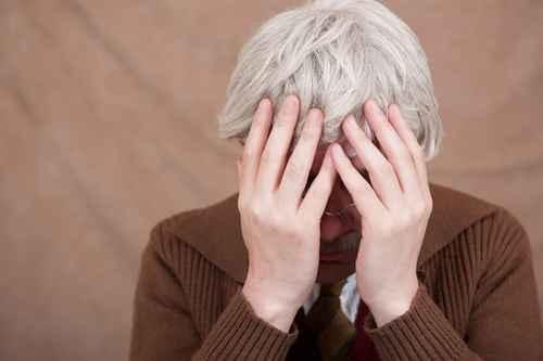 引起白发的原因有很多,专家表示,随着年龄增长,毛囊磨损,从而产生大量过氧化氢,这是头发变白的主要原因。(fotolia)
