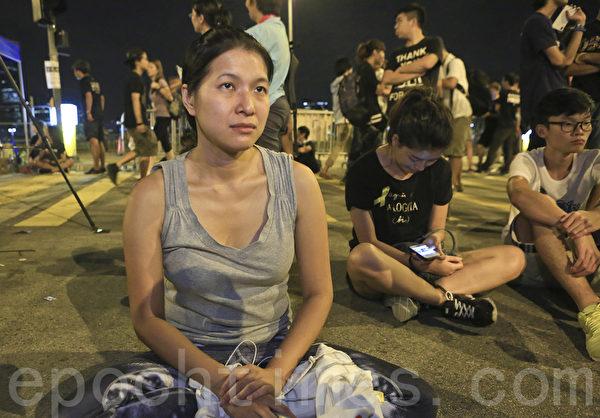 2014年10月5日晚,传警方将会武力清场,部分学生、市民在政府总部外面留守。(余钢/大纪元)