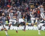 卫冕冠军尤文图斯在主场3-2险胜罗马,领跑积分榜。图为尤文球员庆祝胜利。(MARCO BERTORELLO/AFP/Getty Images)