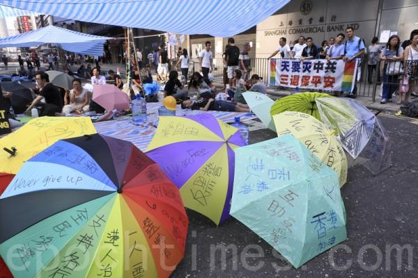 「雨傘革命」持續進行,許多香港市民仍留守旺角,堅持抗爭到最後一刻。(余鋼/大紀元)