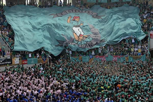 第25届塔拉戈纳叠人塔大赛,10月5日在西班牙加泰罗尼亚盛大举行。(JOSEP LAGO/AFP)